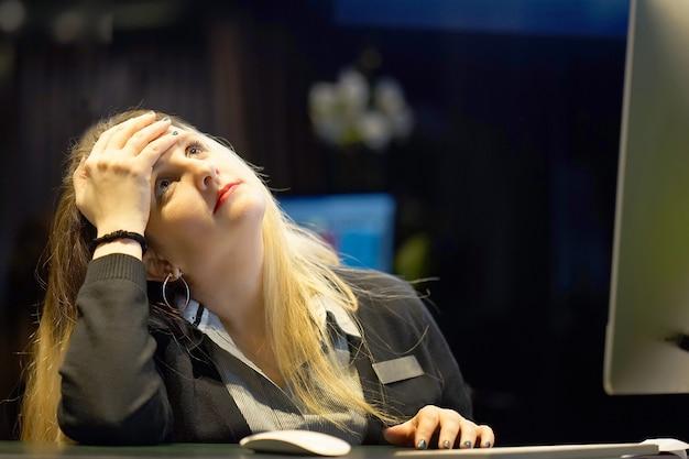 Ból głowy dziewczyny. dziewczyna ściska głowę