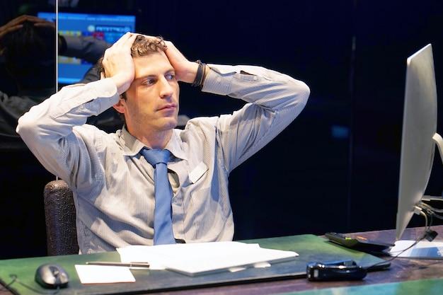 Ból głowy mężczyzn. mężczyzna ściska jej głowę