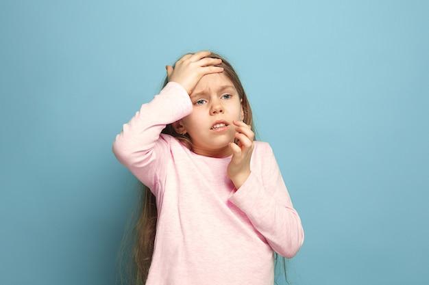 Ból głowy. teen dziewczyna na niebiesko. wyraz twarzy i koncepcja emocji ludzi
