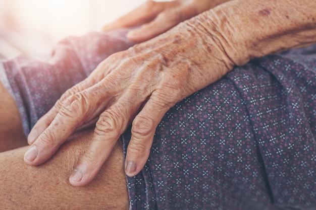 Ból mięśniowy starej kobiety.