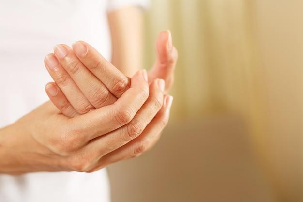 Ból nadgarstka jest jednym z objawów