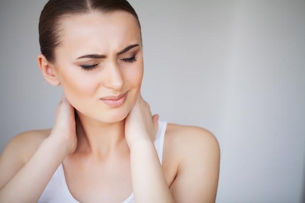 Ból. piękna młoda kobieta czuje się chory i ma ból szyi