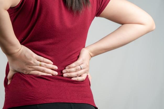 Ból pleców, kobiety cierpią na bóle pleców. pojęcie opieki zdrowotnej i medycznej