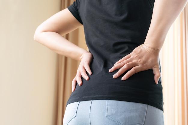 Ból pleców w domu kobiety cierpią na bóle pleców.
