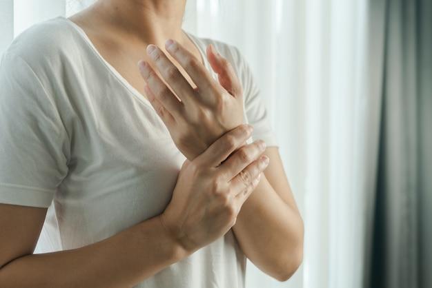 Ból ramienia kobiety. syndrom biurowy koncepcja opieki zdrowotnej i medycyny
