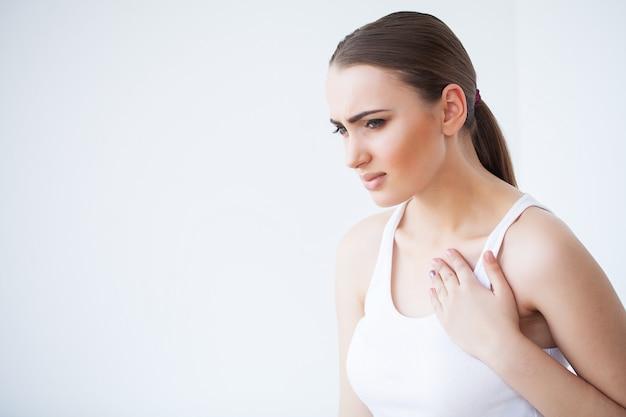 Ból serca, piękna kobieta cierpi na ból w klatce piersiowej