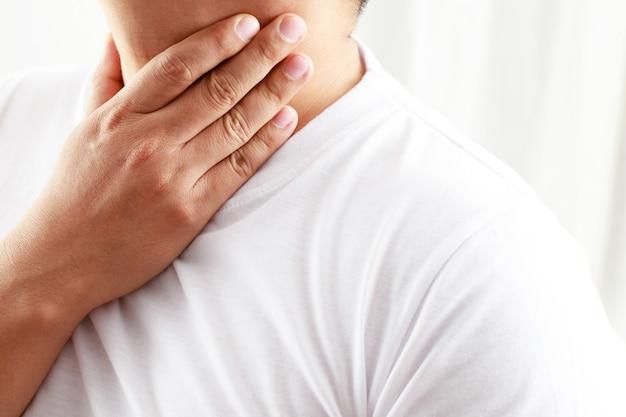 Ból szyi człowieka z powodu grypy