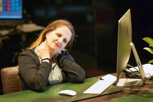 Ból szyi kobiety ze zmęczenia