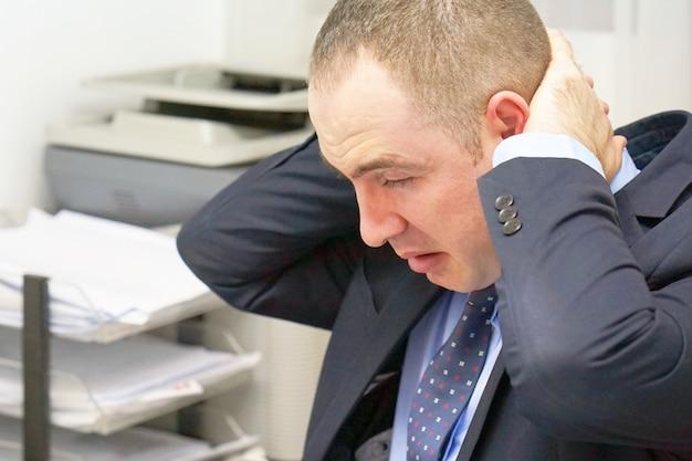 Ból szyi mężczyzny ze zmęczenia