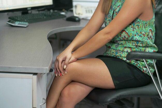 Ból w kolanach kobiety.