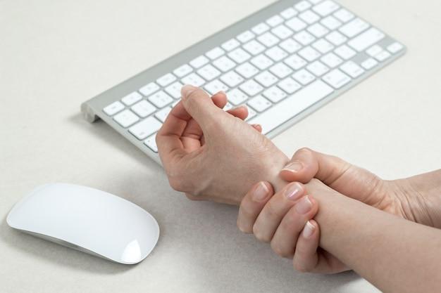 Ból w nadgarstku spowodowany pracą z myszką komputerową. zespół cieśni nadgarstka.