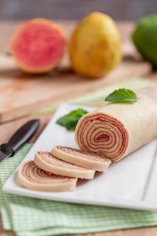 Bolo de rolo (swiss roll, roll cake) to typowy brazylijski deser ze stanu pernambuco. krojona bułka wypełniona pastą z guawy.