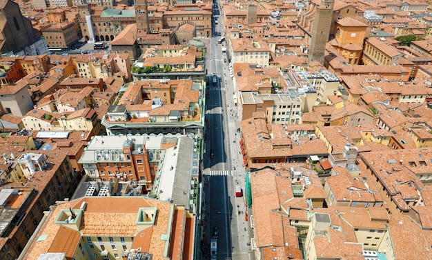 Bolonia anteny pejzaż starego miasta z wieży z pierwszym planem ulicy rizzoli, włoski średniowieczny krajobraz