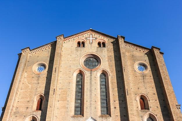 Bolonia, włochy - około września 2018 r. piękna architektura kościoła katolickiego (basilica di san francesco) w bolonii.
