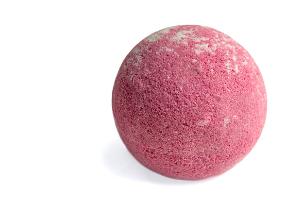 Bomba aromatyczna do łazienki na białym tle aromatyczna kula do kąpieli w kolorze czerwonym