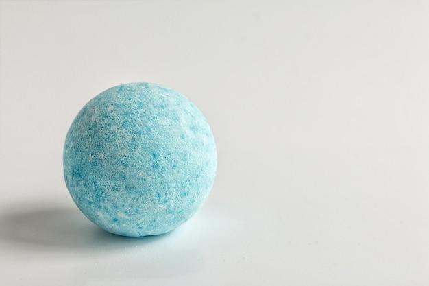 Bomba do kąpieli pieniące się aromatyczne, ręcznie robione niebieskie bomby na białym tle akcesoria do kąpieli łazienkowych