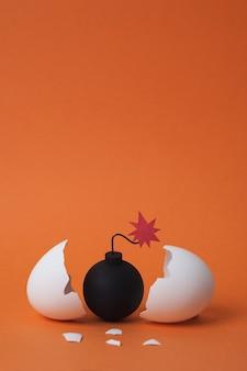 Bomba między połamanymi skorupkami jaj
