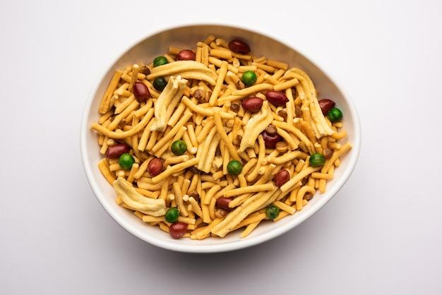 Bombay mix lub chanachur lub chiwda lub farsan to indyjska mieszanka przekąsek, popularne jedzenie na herbatę z indii