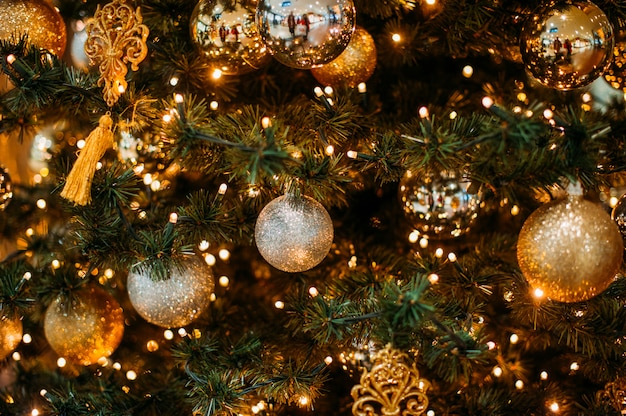 Bombka wisi na drzewie