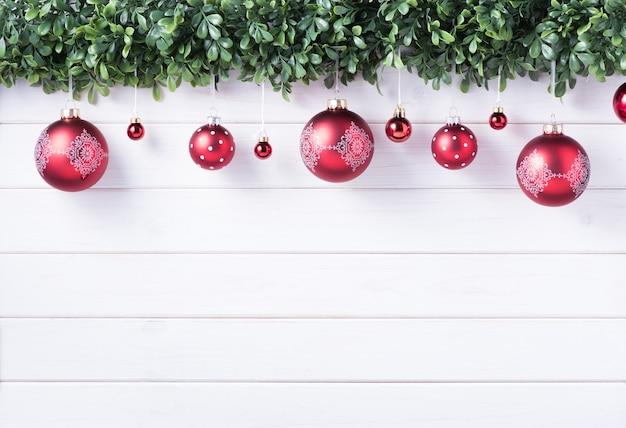 Bombki bombki wesołych świąt i szczęśliwego nowego roku dekoracji do świętowania na białym tle drewna z miejsca na kopię.