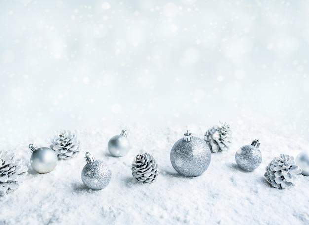 Bombki choinkowe na śniegu