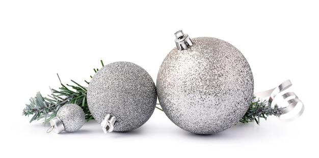 Bombki do dekoracji świątecznych na białym tle