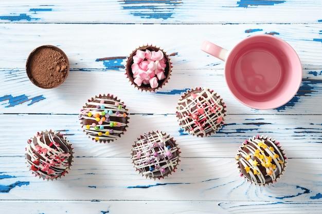 Bomby kakaowe to muszle z czarnej czekolady wypełnione proszkiem kakaowym i piankami