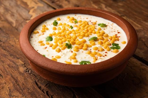 Boondi raita to północnoindyjska odmiana przystawki z przyprawionego jogurtu i boondi lub smażonych kulek z mąki gramowej