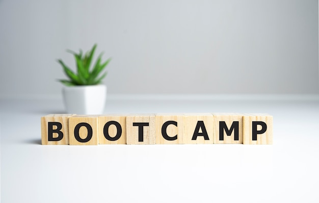 Bootcamp słowo napisane na bloku drewna, koncepcja biznesowa.