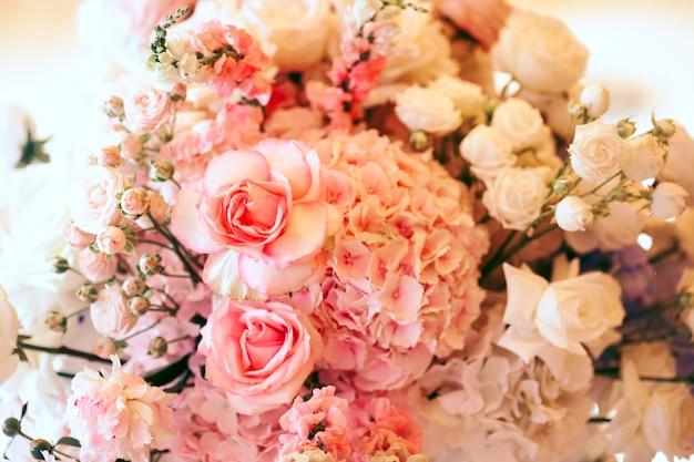 Boquet z różowych hortensji, róż i białej eustomi