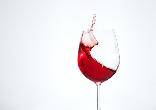 Bordeaux wino w szkle na białym tle. pojęcie napojów i alkoholu.