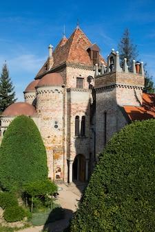 Bory var, pełen wdzięku zamek zbudowany przez jednego człowieka bory'ego jeno w szekesfehervar na węgrzech