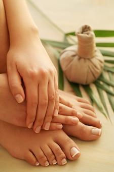 Bose stopy i dłonie. koncepcja pedicure i manicure