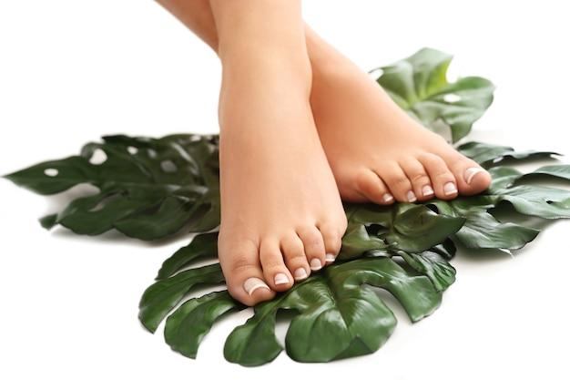 Bose stopy na liściach. koncepcja pielęgnacji stóp i pedicure