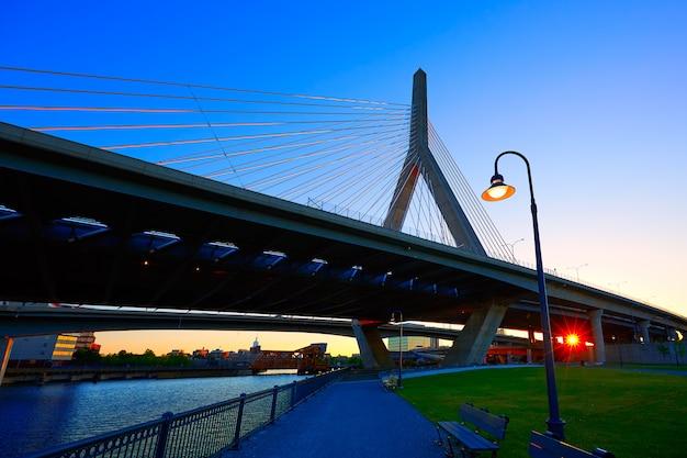 Boston zakim bridżowy zmierzch w massachusetts