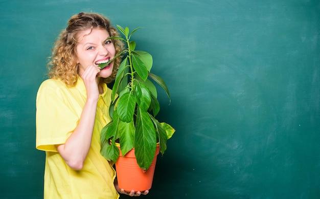 Botanika to rośliny, kwiaty i zioła. zadbaj o dobrą pielęgnację roślin. rośliny domowe są wystarczająco wytrzymałe, aby wytrzymać wszelkie zaniedbania ze strony właścicieli. dziewczyna trzymać roślin w doniczce. sklep kwiatowy. koncepcja kwiaciarni.