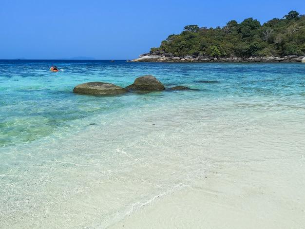 Bourder island z białym piaskiem plaży i krystalicznie zielonym morzem, myanmar.