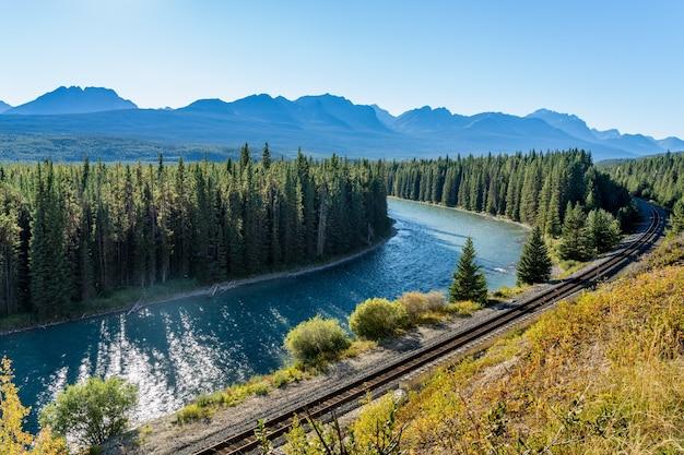 Bow river przepływa przez leśne tory kolejowe castle cliff viewpoint park narodowy banff kanada
