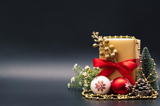 Boxing day koncepcja sprzedaży christmas gift box na czarnym tle