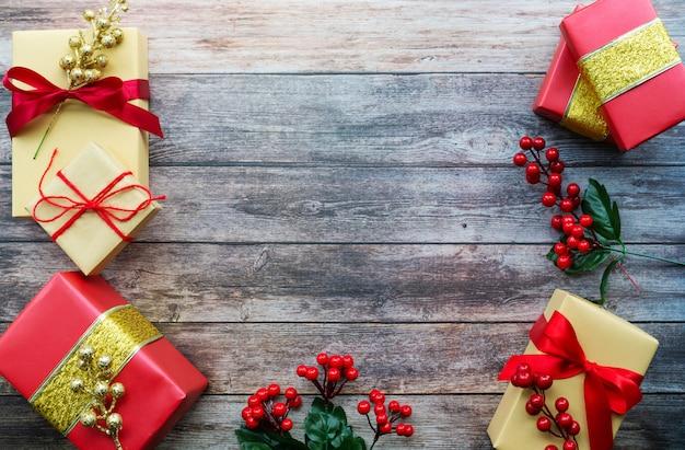 Boxing day koncepcja sprzedaży christmas gift box na tle cementu