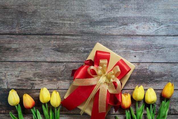Boxing day koncepcja sprzedaży christmas gift box on wooden background