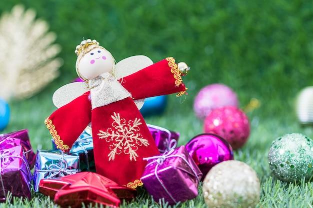 Boże narodzenie anioł lalka i świątecznych dekoracji