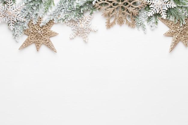 Boże narodzenie białe gałęzie jodły z dekoracjami złotych gwiazd.