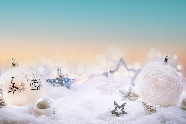 Boże narodzenie białe ozdoby na śniegu z bożonarodzeniowymi światłami zimowym tłem dekoracji