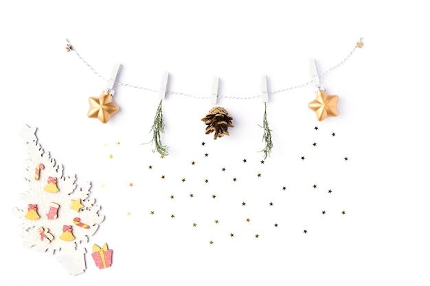 Boże narodzenie białe tło. girlanda ze złotych gwiazd i gałęzi jodły. kompozycja diy, koncepcja nowego roku zima i 2020 rok. płaski układanie, widok z góry