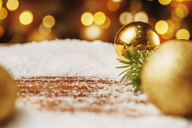 Boże narodzenie bombka na śnieżnym drewnianym stole świąteczna koncepcja