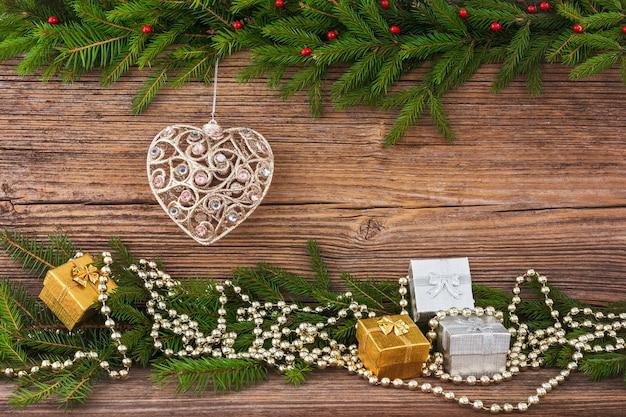 Boże narodzenie bożenarodzeniowy jedlinowy drzewo, choinki zabawka, prezenty na starym drewnianej deski tle z kopii przestrzenią. stonowanych