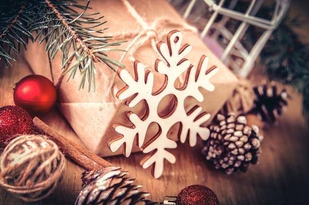 Boże narodzenie card.closeup prezent na boże narodzenie i świeca bożonarodzeniowa.