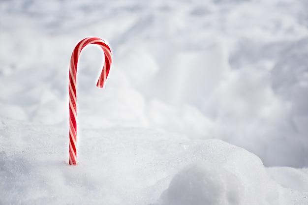Boże narodzenie cukierki mięty pieprzowej z miejscem na tekst w tle śniegu