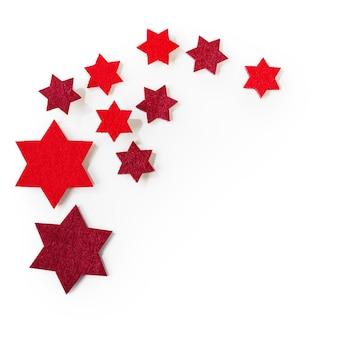 Boże narodzenie czerwone gwiazdki na białym tle ścieżki przycinającej zawarte. widok z góry, układ płaski